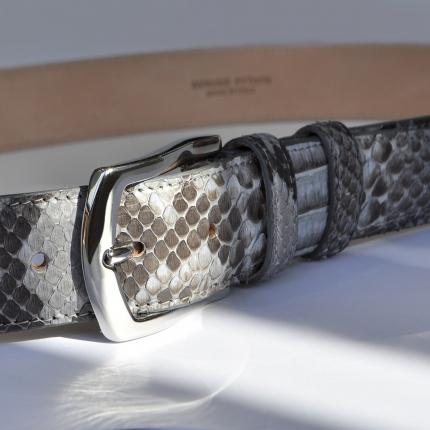 Ceinture en cuir python H35 tamponné à la main avec boucle sans nickel, dusty blue