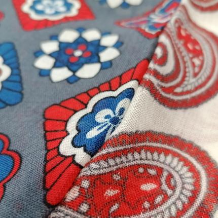 Tubular wool scarf with paisley motif